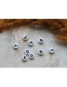 Бусины с буквами латинскими пластик белые круглые. Черные буквы
