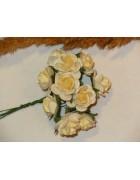 Розы из прессованной бумаги молочные с желтоватой серединой