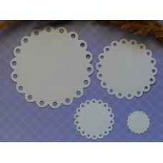 Набор ажурных кругов из плотной белой бумаги.